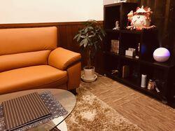 店内は落ち着きのある室内になってます。簡単な厨房と休憩場所もご用意してます。喫煙もOK!